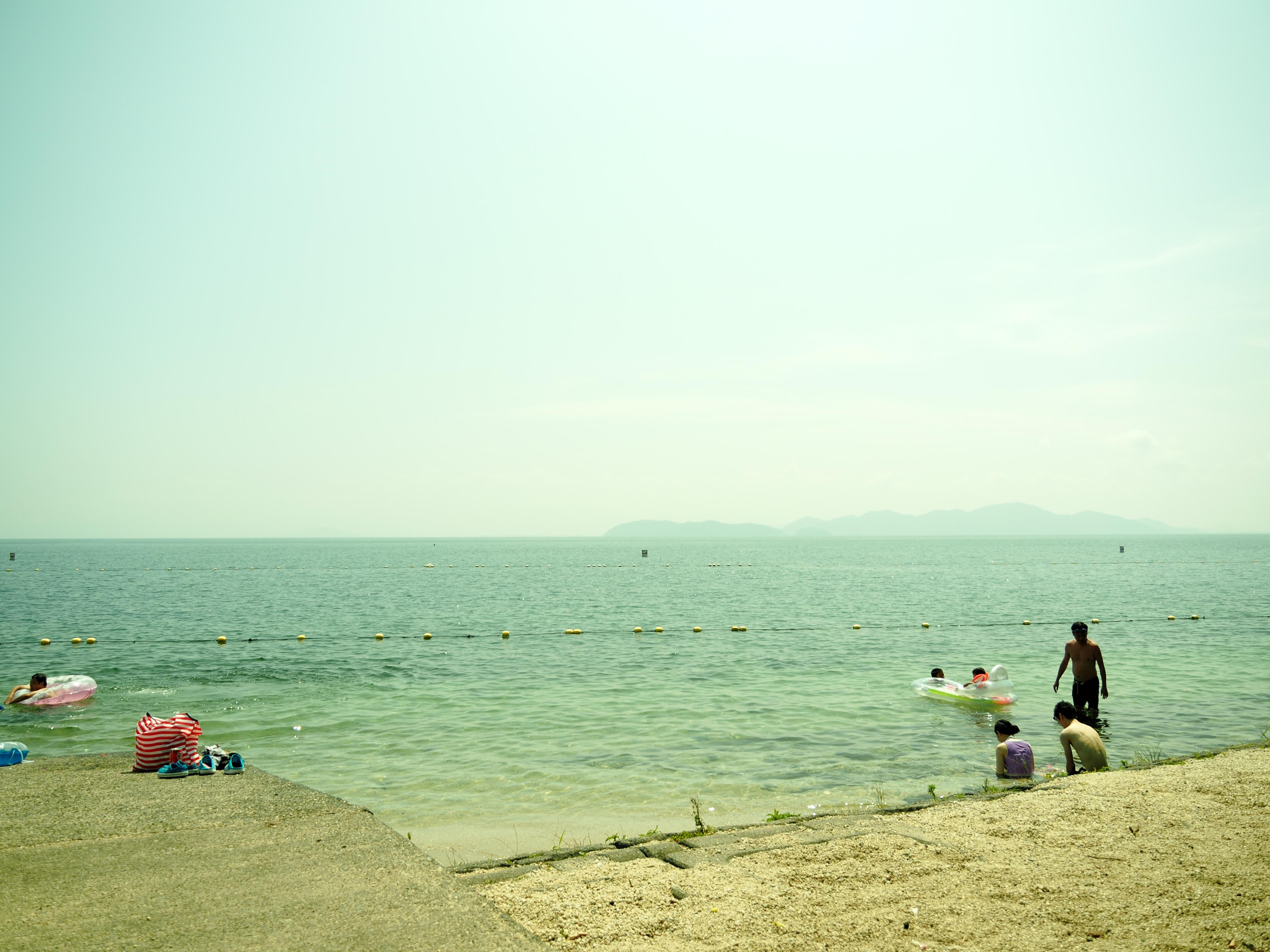 近江舞子から見た沖島。向こう側にぼんやり見えるでしょ〜〜